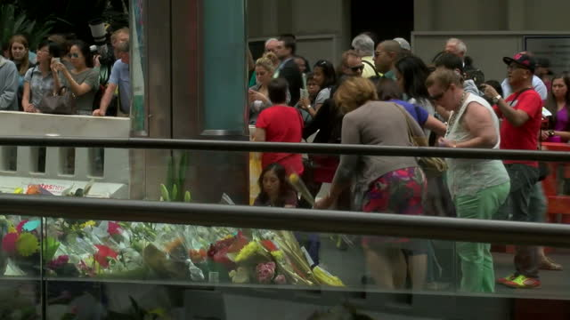 exterior shots of mourners lay flowers and pay tribute outside lindt cafe where two hostages were killed on december 12 2014 in sydney australia - terrorism stock videos & royalty-free footage