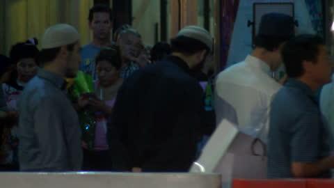 vidéos et rushes de exterior shots of muslim men at the site of the sydney seige praying for victims on december 15, 2014 in sydney, australia. - braqueur de banque