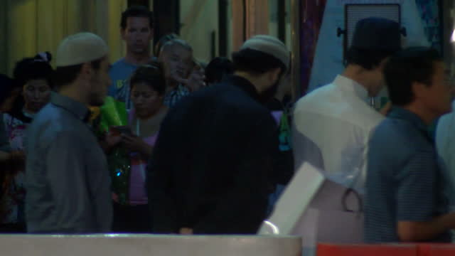 exterior shots of muslim men at the site of the sydney seige praying for victims on december 15 2014 in sydney australia - bankräuber stock-videos und b-roll-filmmaterial
