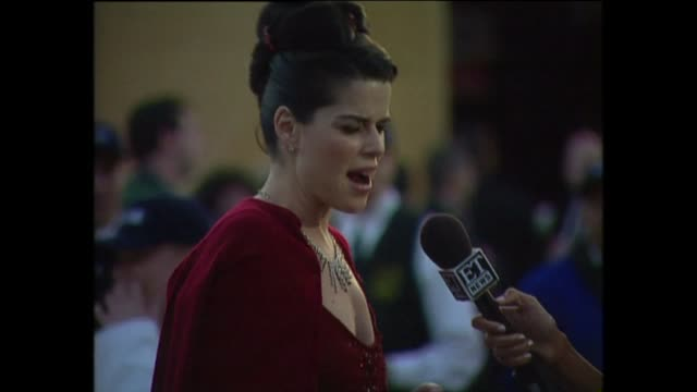 vídeos de stock e filmes b-roll de exterior shots of neve campbell speaking to the press on the red carpet for the 71st academy awards at the dorothy chandler pavilion on 21st march... - neve campbell