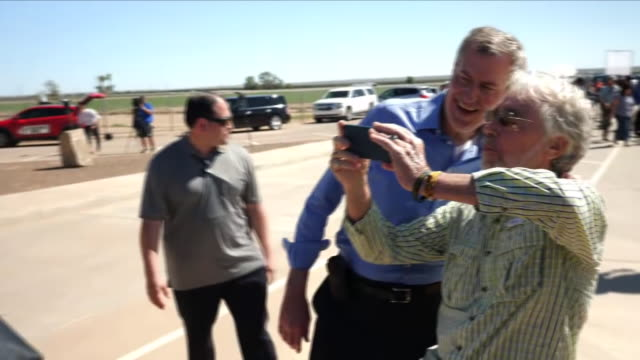 exterior shots of new york mayor bill de blasio walking with reporters and campaigners outside a migrant detention centre in texas, on 21 june 2018... - ビル・デ・ブラシオ点の映像素材/bロール
