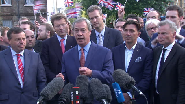 exterior shots of nigel farage leader of the ukip party and a vote leave campaigner addressing the press after the uk voted to leave the european... - 英国独立党点の映像素材/bロール