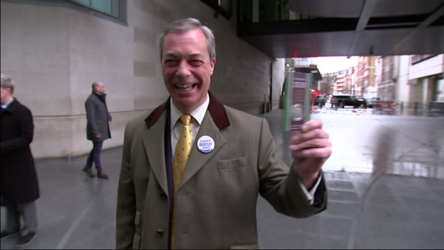 vídeos de stock e filmes b-roll de exterior shots of nigel farage posing with the brand new united kingdom 50p issued to mark britain's exit from the european union on 2nd february... - european union coin