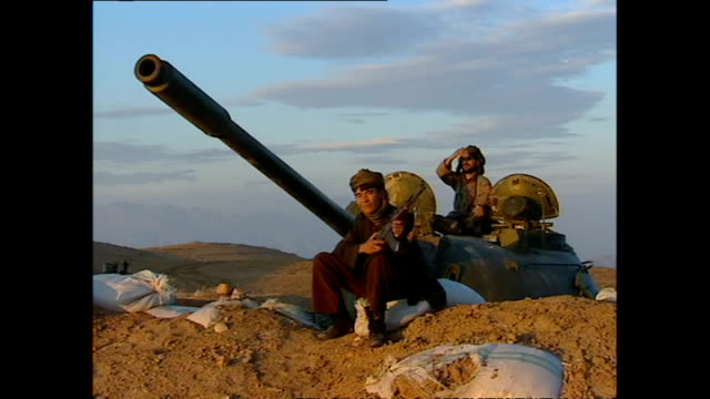 vidéos et rushes de exterior shots of northern alliance soldiers on hillside next to a tank overlooking taliban positions at sunset on october 29 2001 in kabul... - taliban