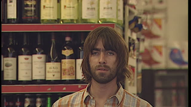 exterior shots of oasis lead singer liam gallagher departing his house in hampstead and visiting a local convenience shop, being followed by... - オアシス点の映像素材/bロール