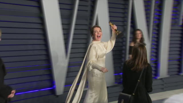 exterior shots of olivia colman posing with academy award for best actress on the red carpet of the 2019 vanity fair oscar party on 24th february... - vanity fair video stock e b–roll