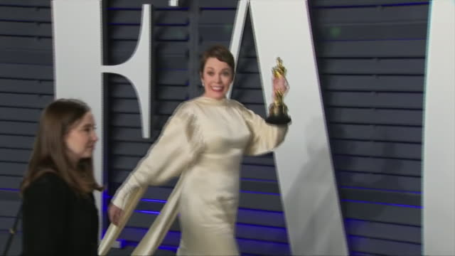 exterior shots of olivia colman posing with academy award for best actress on the red carpet of the 2019 vanity fair oscar party on 24th february... - academy awards stock videos & royalty-free footage