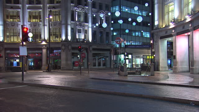 exterior shots of oxford street in the early hours of the morning with a sale sign in the entrance of an hm store and festive street lighting and... - markenname stock-videos und b-roll-filmmaterial