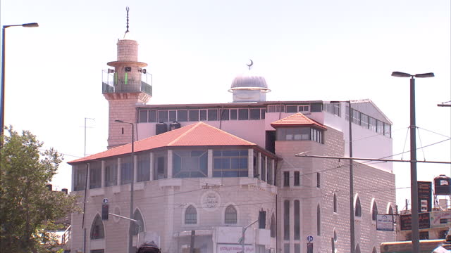 exterior shots of palestinian people in east jerusalem throwing rocks towards idf soldiers and groups of israeli police, waving palestinian flags as... - israeli military stock videos & royalty-free footage