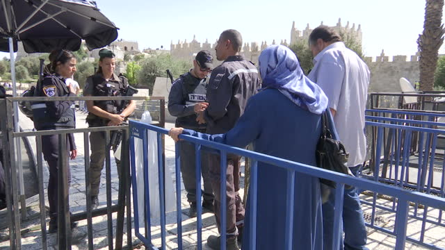 exterior shots of palestinian people passing through a heavily guarded army checkpoint in jerusalem before friday prayers on october 16, 2015 in... - イスラエルパレスチナ問題点の映像素材/bロール