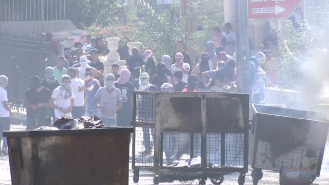 exterior shots of palestinian youths throwing stones with slingshots towards israeli police on october 17, 2015 in jerusalem, israel. - イスラエルパレスチナ問題点の映像素材/bロール