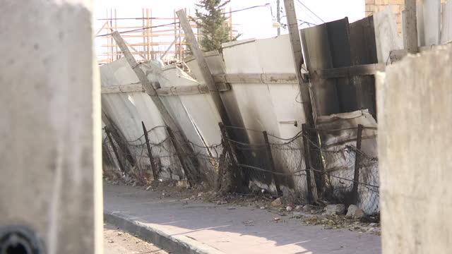 exterior shots of palestinians walking past a makeshift ramshackle fence in the jabel mukaber area of east jerusalem on october 19 2015 in jerusalem... - east jerusalem stock videos & royalty-free footage