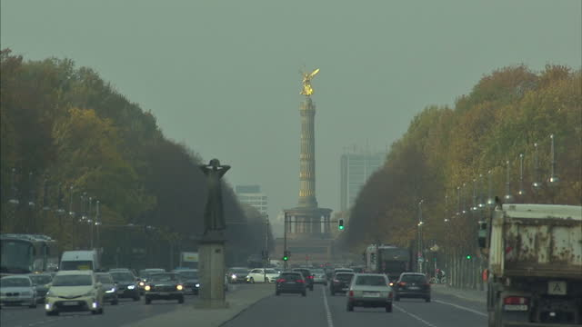 exterior shots of pedestrians and traffic in central berlin including views along strasse des 17 juni towards the victory column commemorating the... - juni bildbanksvideor och videomaterial från bakom kulisserna