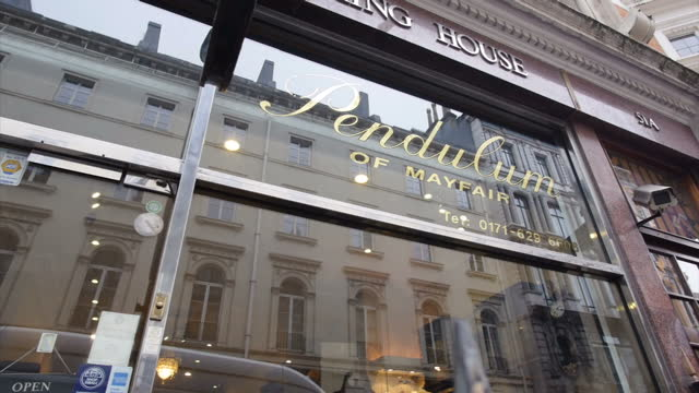 vídeos y material grabado en eventos de stock de exterior shots of pendulum of mayfair, luxury clock and timepiece shop, pan arty shop signs on january 26, 2017 in london, england. - reloj de pared