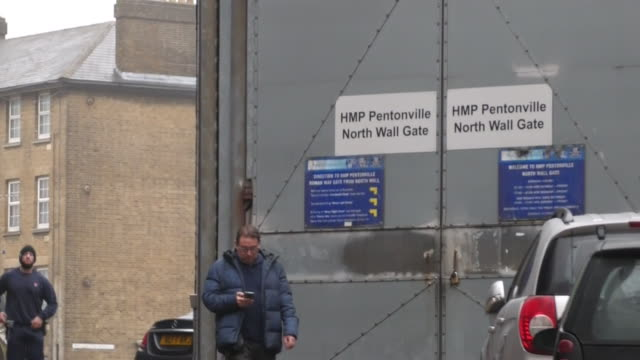 exterior shots of pentonville prison including north wall gate welcome sign and security barriers on 22 january 2020 in islington london england - welcome segnale inglese video stock e b–roll