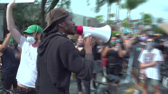 """stockvideo's en b-roll-footage met exterior shots of people at black live matter protest chanting """"say his name - george floyd"""" and """"no justice - no peace"""" on 3 june, 2020 in los... - chanten"""