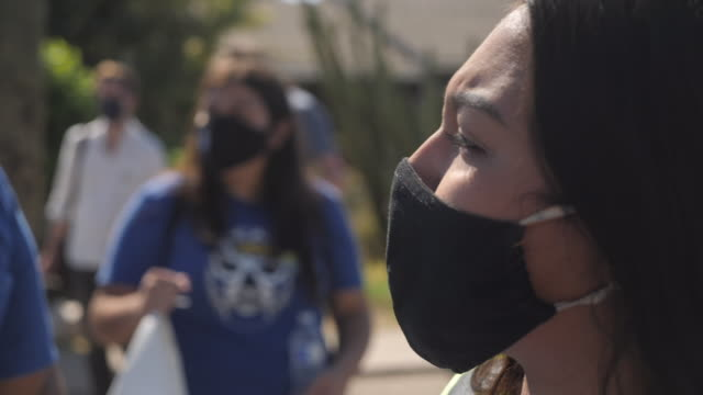 vídeos de stock e filmes b-roll de exterior shots of people campaigning at an event encouraging people to get out and vote ahead of the us election, campaigners marching through the... - arizona