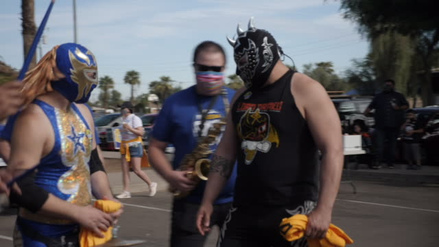 vídeos y material grabado en eventos de stock de exterior shots of people campaigning in the street for people to get out and vote ahead of the us election a brass band plays in the street and poses... - arizona