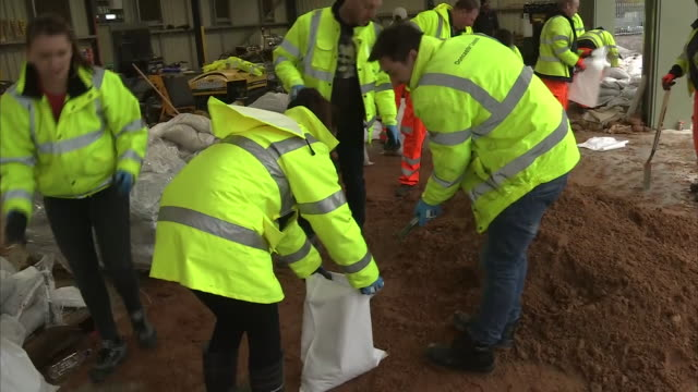 exterior shots of people filling up bags with sand in preparation for flooding on 14 november 2019 in barnby united kingdom - sandbag stock videos & royalty-free footage