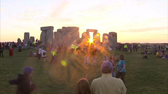 vídeos y material grabado en eventos de stock de exterior shots of people gathered for summer solstice. exterior shots of sun starting to set. exterior shots of people dressed up, dancing. summer... - solsticio de verano