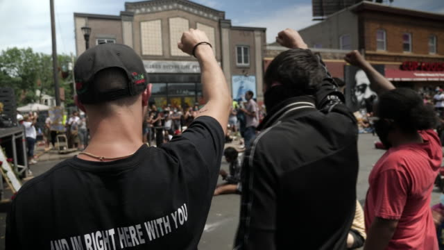 exterior shots of people gathered in the streets listening to a speaker at a memorial service for george floyd on the 4th june 2020 in minneapolis,... - memorial点の映像素材/bロール