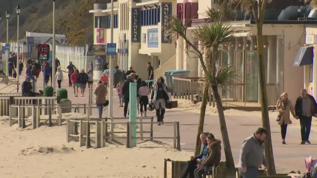 exterior shots of people ignoring the british governments social distancing advice and going to the beach on 20th march 2020 bournemouth united... - bournemouth stock-videos und b-roll-filmmaterial