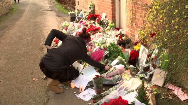 exterior shots of people laying floral tributes outside of george michael's house on december 27 2016 in goringonthames england - monumento commemorativo temporaneo video stock e b–roll