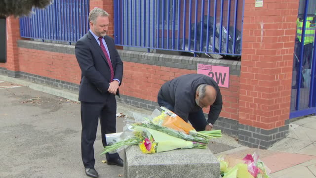 exterior shots of people laying flowers outside croydon police station after the fatal shooting of sergeant matt ratana on 25 september 2020 in... - 銃犯罪点の映像素材/bロール