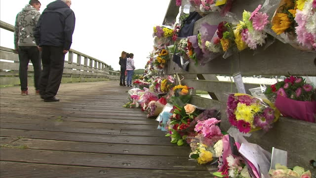 exterior shots of people leaving floral tributes and messages on the bridge over the a27 the scene of last week's shoreham air crash on august 27... - ショーハム・バイ・シー点の映像素材/bロール