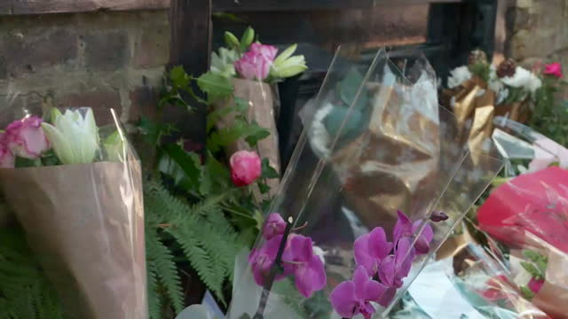 exterior shots of people leaving floral tributes outside of george michael's house in highgate on december 26, 2016 in london, england. tributes have... - highgate stock videos & royalty-free footage