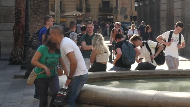 exterior shots of people strolling along las ramblas and surrounding streets past various market stalls on 11 october 2017 in barcelona spain - christoph kolumbus stock-videos und b-roll-filmmaterial