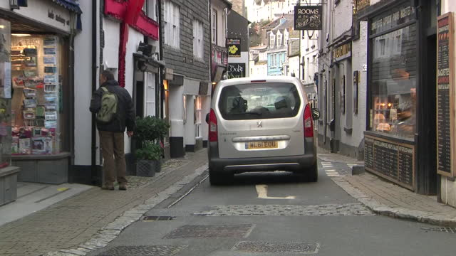 exterior shots of people walking along quiet side streets past picturesque buildings on 2 december 2020 in looe, cornwall, united kingdom - idyllic stock videos & royalty-free footage