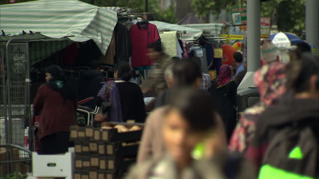 vídeos de stock, filmes e b-roll de exterior shots of people walking and shopping at a street market, including many people from the asian and muslim communities.>> on august 20, 2014... - east asian ethnicity
