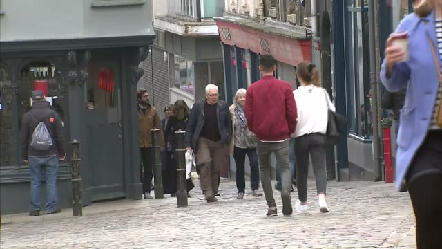 exterior shots of people walking through the cobbled streets of the town centre, past shops on march 27, 2017 in east anglia, england. - east anglia stock-videos und b-roll-filmmaterial
