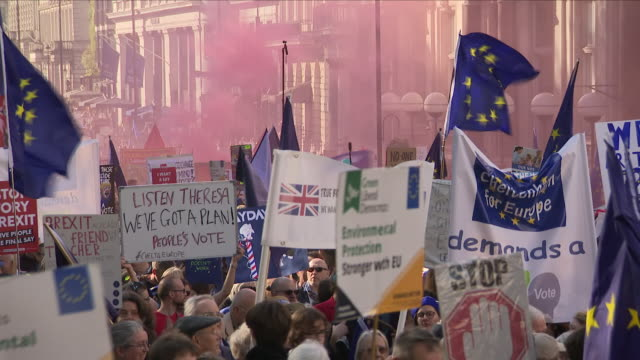 exterior shots of people's vote march in support of second brexit referendum on 20th october 2018 in london england - 国民投票点の映像素材/bロール