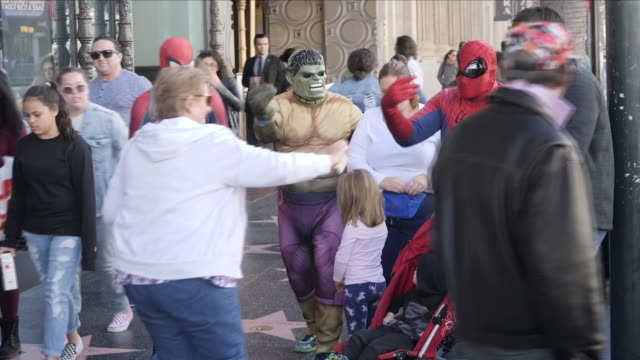 vidéos et rushes de exterior shots of performers dressed as spiderman and other superhero character posing with tourists on hollywood boulevard for photos on 13 july... - hollywood boulevard