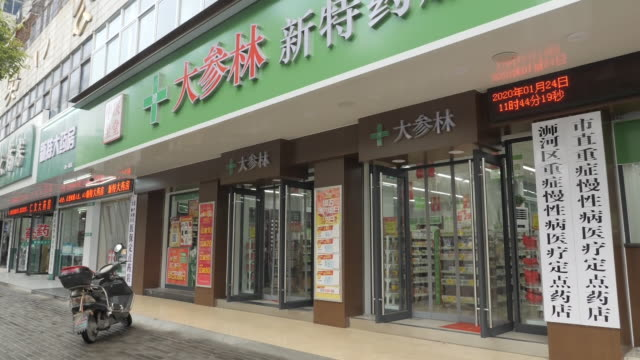 exterior shots of pharmacy and signs outside on 24 january 2020 in wuhan china - wuhan stock-videos und b-roll-filmmaterial