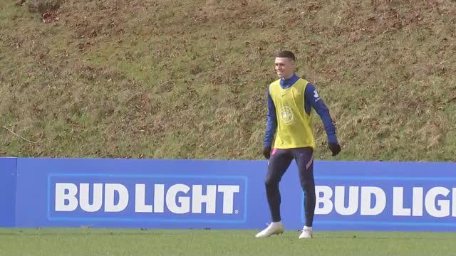 vidéos et rushes de exterior shots of phil foden training for england. - angleterre
