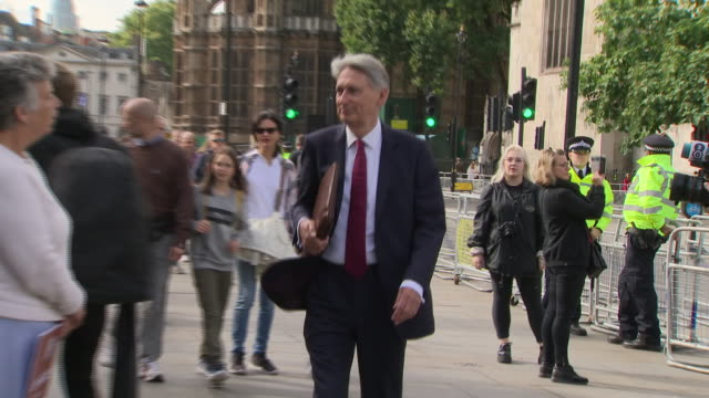 exterior shots of philip hammond mp walking past protesters into downing street before a motorcade carrying prime minister boris johnson arrives on 4... - フィリップ ハモンド点の映像素材/bロール