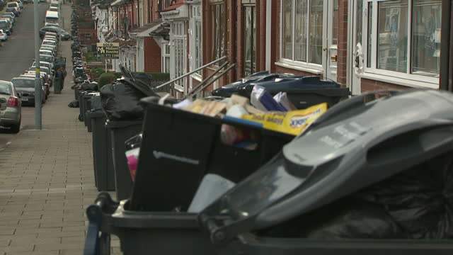 stockvideo's en b-roll-footage met exterior shots of piled up rubbish bins that are overflowing with uncollected rubbish due to the refuse worker strike in birmingham birmingham city... - afvalverwerking