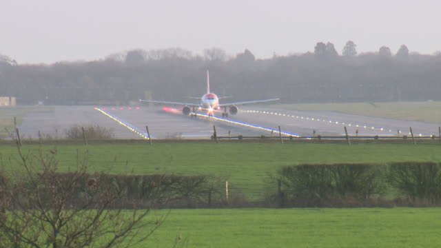exterior shots of planes landing at gatwick airport after its re-opening after drone sightings on 22 december 2018 in crawley, united kingdom - gatwick airport stock videos & royalty-free footage