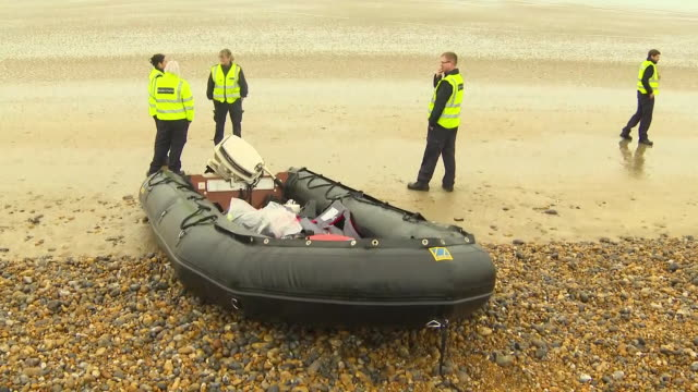 vídeos de stock, filmes e b-roll de exterior shots of police and border force officers examining an abandoned dinghy used by migrants to enter the uk on 31 december 2018 in lydd on sea... - estreito descrição geral