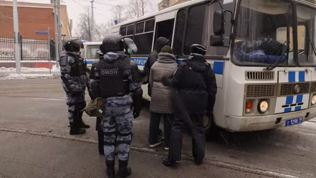 vidéos et rushes de exterior shots of police detaining protesters during protests in support of the detained kremlin critic alexei navalny on 31th january 2021 in... - moscou