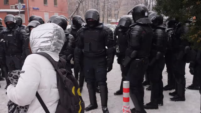 exterior shots of police detaining protesters during protests in support of the detained kremlin critic alexei navalny on 31th january 2021 in... - kritiker stock-videos und b-roll-filmmaterial