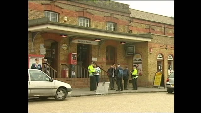 exterior shots of police interviewing members of the public at train station over the missing girl milly dowler on 11 april 2002 in walton-on-thames,... - 行方不明点の映像素材/bロール