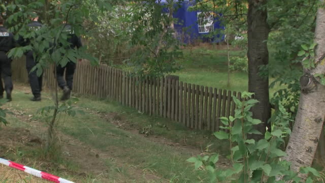 exterior shots of police investigating madeleine mccann disappearance digging up allotment in germany, near to where suspect lived on 29 july 2020 in... - 行方不明点の映像素材/bロール
