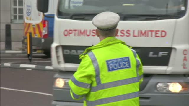 exterior shots of police marshalling traffic and patrolling road blocks at lambeth bridge in the wake of the westminster terror attacks on 22 march... - テロリズム点の映像素材/bロール
