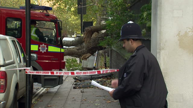 exterior shots of police officers and a fire engine at the cordoned off scene of an accident in kensington where a woman was killed by a falling... - seilabsperrung stock-videos und b-roll-filmmaterial