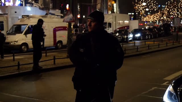 vídeos y material grabado en eventos de stock de exterior shots of police officers patrolling outside of the kaiser wilhelm memorial church where people are gathered to pay respects for victims of... - iglesia conmemorativa del emperador guillermo