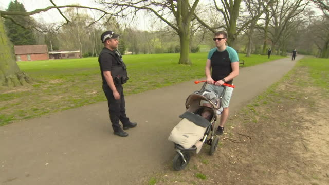 vidéos et rushes de exterior shots of police on patrol in a park, enforcing social distancing measures and talking to the public on 9 april 2020 in northampton, united... - northampton